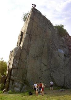 REMOTE TRANSMISSION -- REMOTE TRANSMISSION--- QUINCY;7/17/02- Climbers setting up at the old quarry, which has now been drained and filled with Big Dig dirt. Where they are standing at the bottom of the rocks was once hundreds of feet deep with water. . .GLOBE STAFF PHOTO BY TOM HERDE Library Tag 08012002 Globe South 1