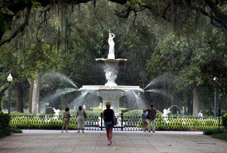 REMOTE TRANSMISSION -- REMOTE TRANSMISSION--- SAVANNAH, GA..; 7-23-04; The fountain beckons at the entrance to Forsyth Park in Savannah's Historic District.. GLOBE STAFF PHOTO BY TOM HERDE Library Tag 08152004 Travel