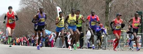 04-20-2015: Newton, MA: Winner Lelisa Desisa (fourth from left) was in the middle of the lead pack at Heartbreak Hill in Newton, Mass. during the Boston Marathon April 20, 2015. Photo/John Blanding, Boston Globe staff story/, Sports ( )