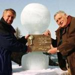 LON99:SPORT-ALPINE SKIING LANG:PARIS,22NOV99 - FILE PHOTO 22JAN97 - Alpine Skiing World Cup founders Serge Lang (R) of France and Bob Beattie of the United States pose in front of an ice sculpture symbolising the World Cup trophy, January 22, 1997 in Kitzbuehl, Austria. Lang died of a heart attack aged 79 on Sunday, the international ski federation said November 22. Lang came up with the idea of World Cup during a discussion with former U.S. ski team head coach Bob Beattie while waiting out a blizzard at the 1966 world championships in Portillo, Chile. clh/str REUTERS Merlin Photo