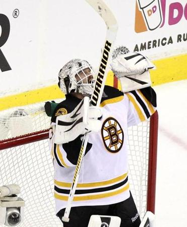 After a 29-save effort, Bruins goalie Tim Thomas puts an exclamation point on the win.