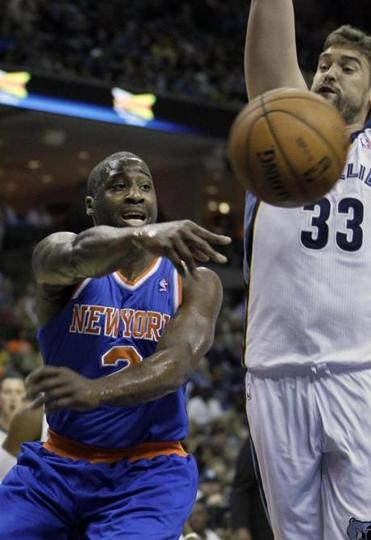 Raymond Felton of the Knicks didn't pass up this chance to fake Marc Gasol, but the Grizzlies came out on top in the end.