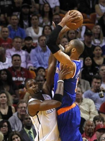 Knicks' Tyson Chandler has no problem shooting over the Heat's Chris Bosh in the first half.