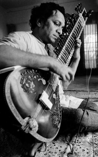 Ravi Shankar played his sitar in Los Angeles in 1967.