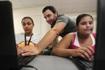 Best Buy Geek Squad instructor Kevin Mathisen helped sisters Lucy Santana, 20, and Brenda Lucero, 12.