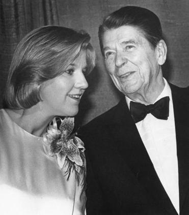 Sara Fritz with President Reagan at the White House Correspondents' Dinner in 1984.