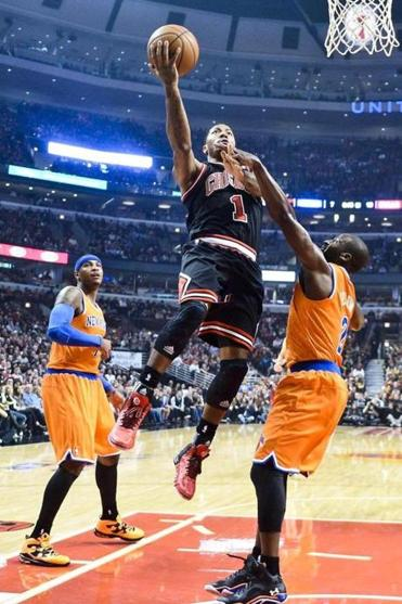 Bulls guard Derrick Rose (18 points) takes it to the basket as New York's Carmelo Anthony and Raymond Felton try to defend.