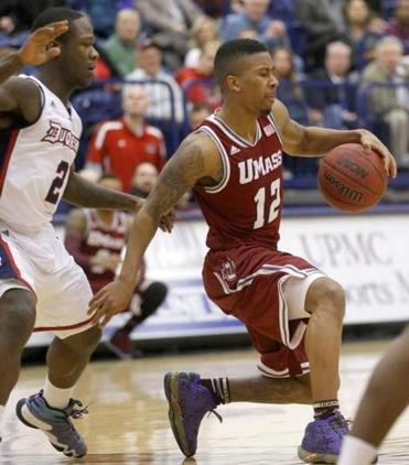 UMass' Trey Davis controlled the ball in front of Duquesne's Tre'Vaughn White during the first half.
