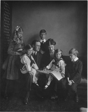 Franklin and Eleanor Roosevelt with their children in
