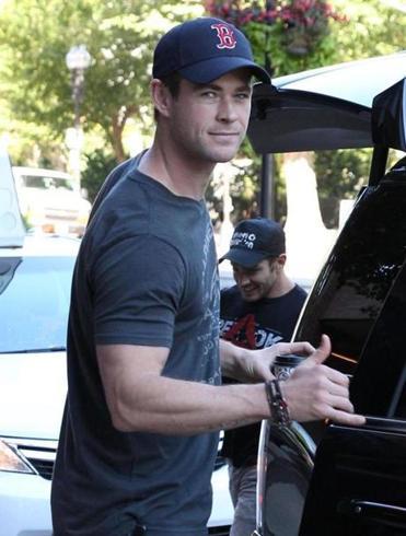 Breaking news: Chris Hemsworth is here for 'Ghostbusters ...