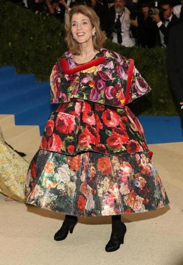 Caroline Kennedy on the red carpet in the couture Comme des Garçons dress by Rei Kawakubo.