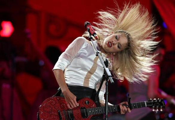 Taylor Swift delivers confident pop spectacle - The Boston ...