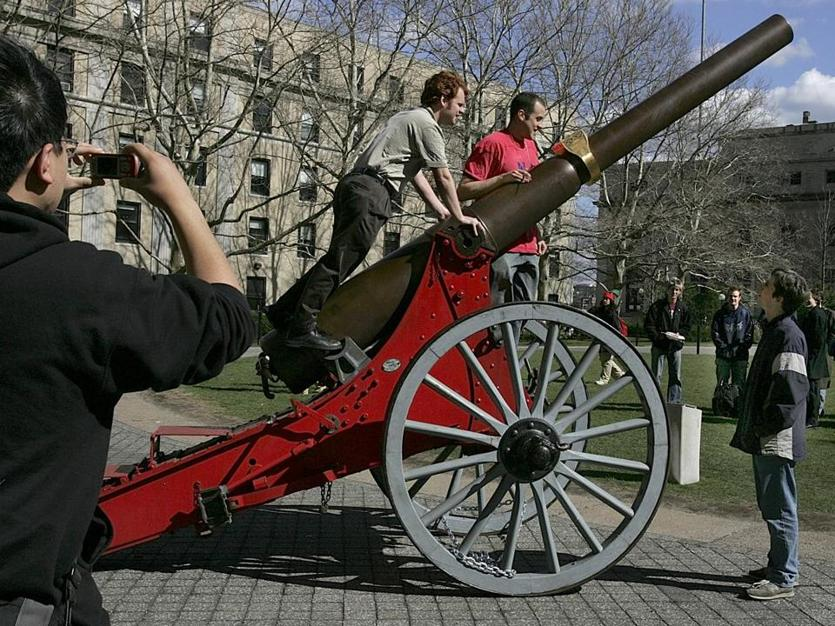 "Students and passersby examined a Civil War cannon on MIT's campus that was ""liberated"" from MIT rival CalTech in 2006."