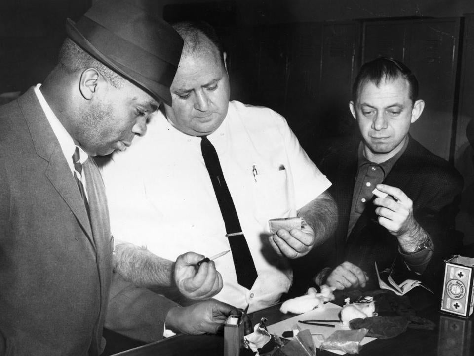 Obit/print scan Willis Saunders, detective. Richard Hudson, detective and Arthur Linsky detective Boston Police Narcotics men look over $20,000 worth of drug paraphernalia after a raid on West Newton Street. slug:saunders 4/14/1963 Globe file photo Dick Fallon
