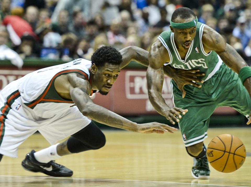 Jason Terry and Bucks center Larry Sanders chased a loose ball in the third quarter.