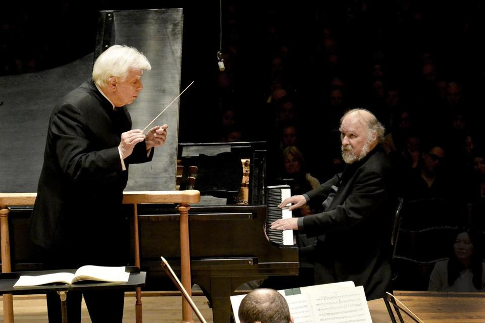Christoph von Dohnanyi provided aural spacing in Mozart's Piano Concerto No. 23 for noted pianist Radu Lupu.