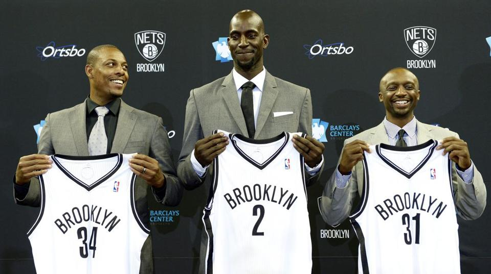 epa03792174 Basketball players (L-R) Paul Pierce, Kevin Garnett, and Jason Terry pose for photos during a press conference introducing the three as the newest players on the Brooklyn Nets at the Barclays Center in Brooklyn, New York, USA, 18 July 2013. EPA/JUSTIN LANE