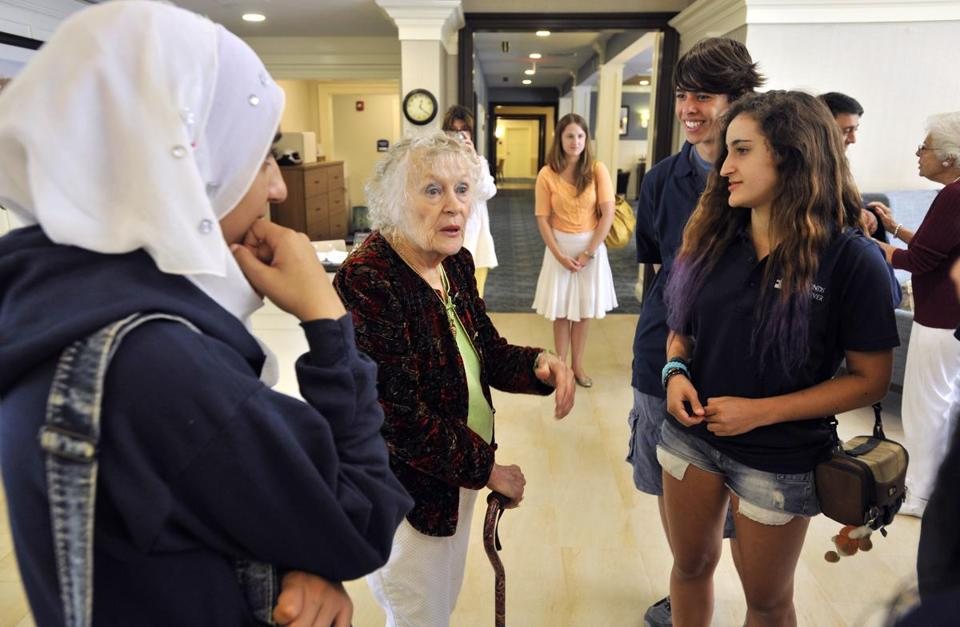 Elaine Herther (center), a resident at Stonebridge, talks with visiting Israeli teens.