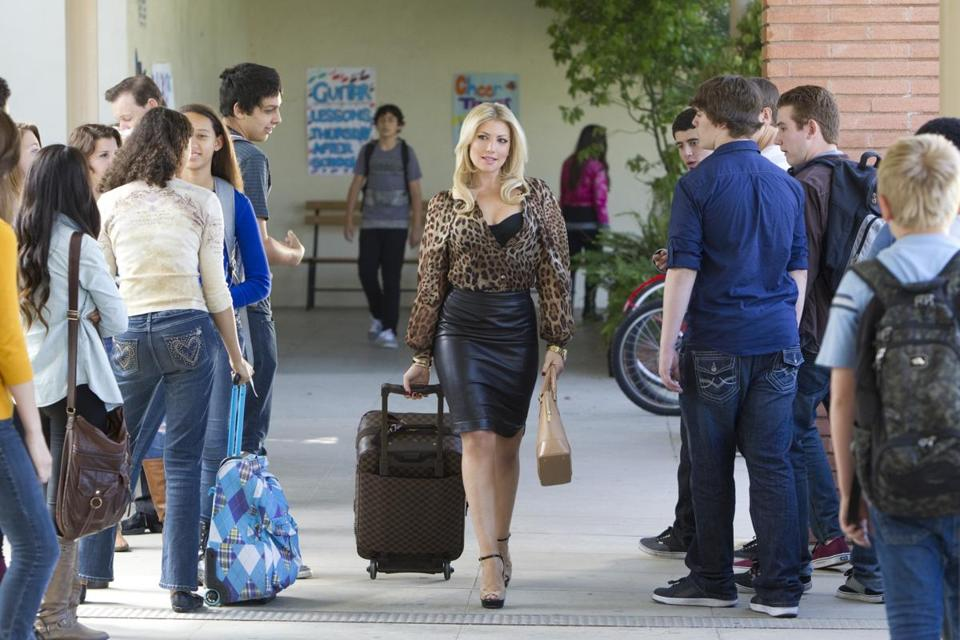 In a new CBS comedy, Ari Graynor stars as a newly divorced trophy wife who tries to trick faculty and students into believing she's a teacher.