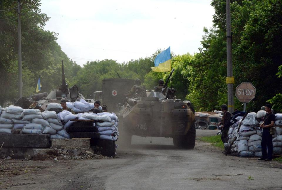 Ukrainian soldiers took a position at a checkpoint near the eastern Ukranian city of Slavyansk.