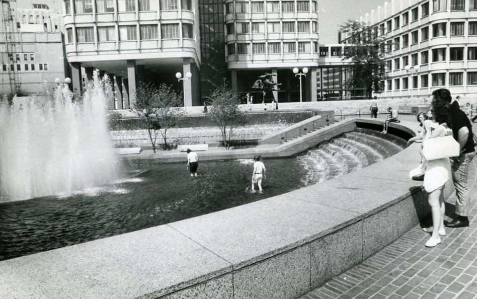 Shortly after the water fountain was dedicated in 1969, problems developed, including water leaking into the subway tunnel below. In 1977, the fountain was shut down.