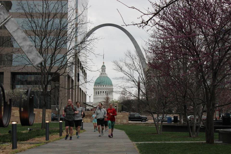 The Old Courthouse (1839) and The Gateway Arch (1965) are landmarks to runners through St. Louis.