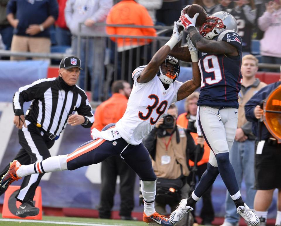 epa04465132 New England Patriots wide receiver Brandon LaFell (R) catches a touchdown pass as Chicago Bears defensive back Al Louis-Jean (L) defends during the first half at Gillette Stadium in Foxborough, Massachusetts, USA 26 October 2014. EPA/CJ GUNTHER