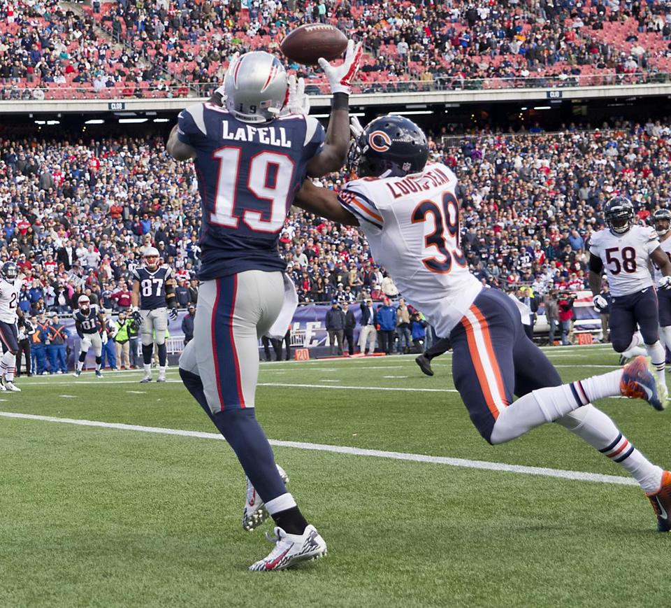 Foxborough, MA 10/26/14 New England Patriots Brandon LaFell hauls in a touchdown reception beating Chicago Bears Al Louis-Jean during second quarter action at Gillette Stadium on Sunday October 26, 2014. (Matthew J. Lee/Globe staff) Topic: PatriotsBears Reporter: