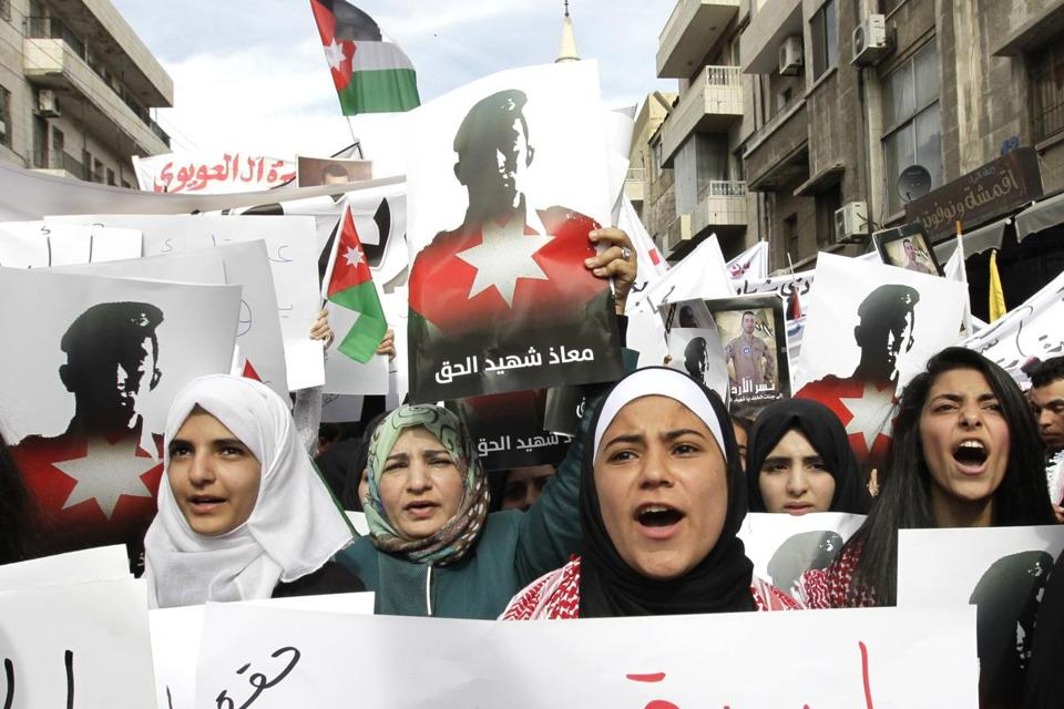 Jordanians held banners and shouted slogans during a demonstration to express solidarity with pilot Moaz al-Kasasbeh, who was burned alive by ISIS militants.