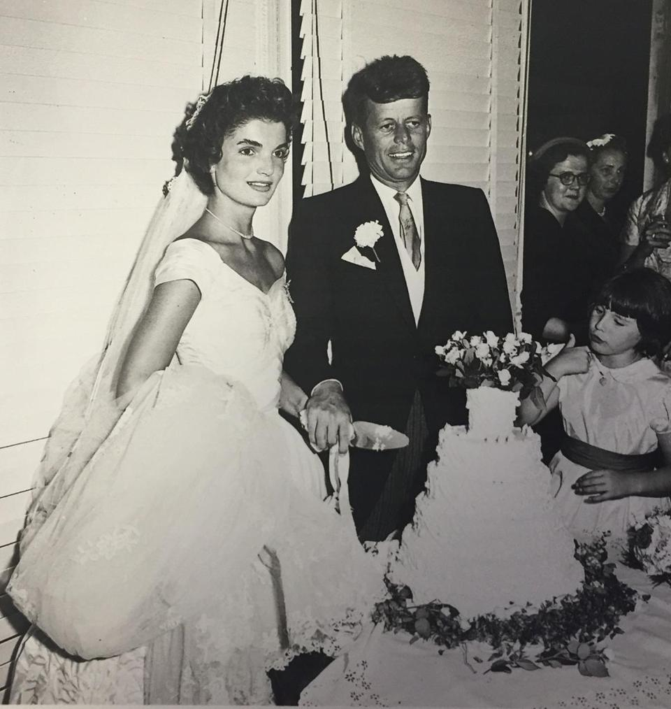 19antiques - Jack and Jackie Kennedy cutting their wedding cake. (John McInnis Auctioneers)