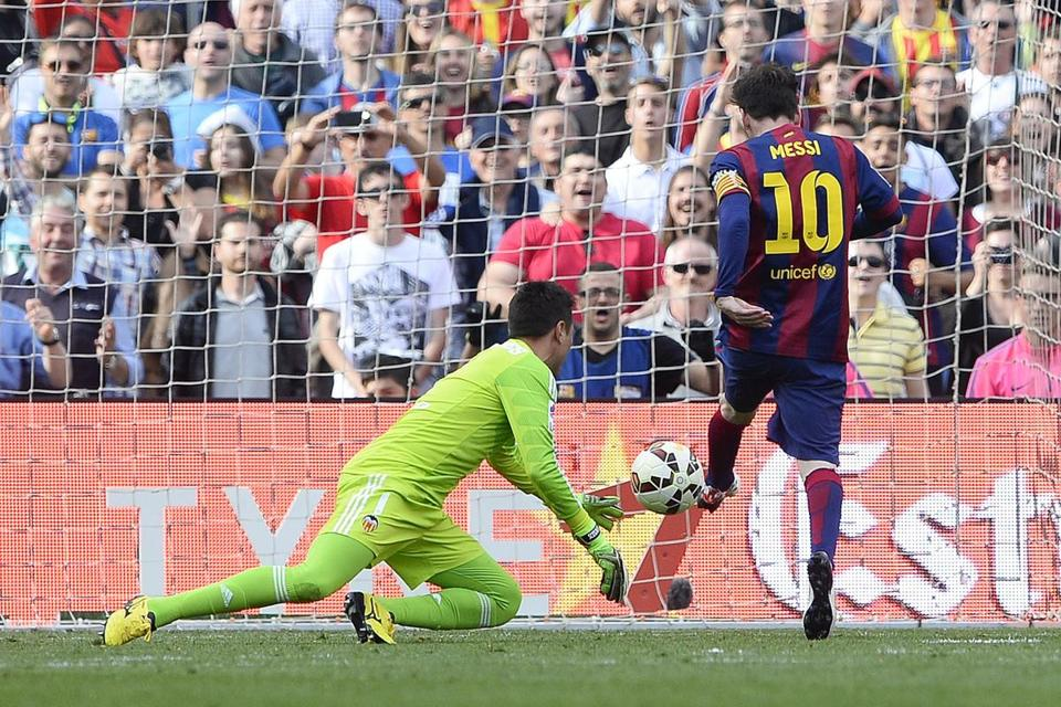 Lionel Messi Pushed His Shot Past Valencia Goalkeepergo Alves His Th Career Goal For