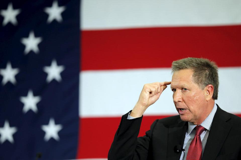 Ohio's Republican Governor John Kasich declined an opportunity to make negative comments about Hillary Clinton during a presidential pitch in New Hampshire.