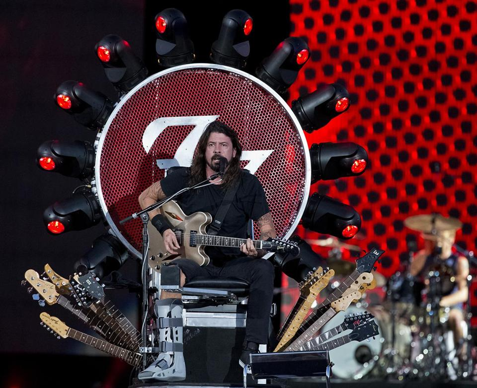 dave grohl s cast was no impediment saturday night as he managed to thrash about on his