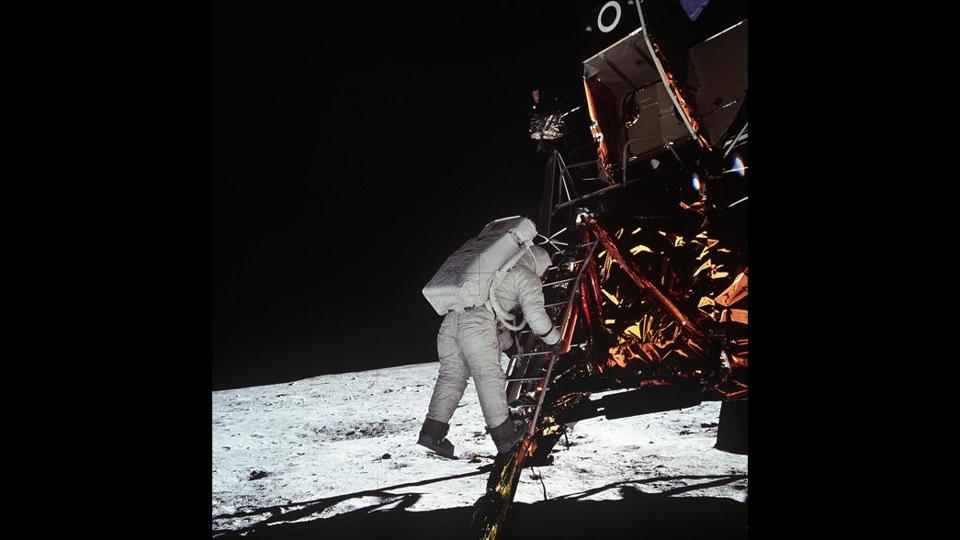 FROM MERLIN ARCHIVE DO NOT RESEND TO LIBRARY Astronaut Edwin E. Aldrin, Jr., lunar module pilot, descends the steps of the Lunar Module (LM) ladder as he prepares to walk on the Moon in this 20 July 1969 file photo. This photograph was taken by astronaut Neil A. Armstrong, commander, with a 70mm lunar surface camera during the Apollo 11 extravehicular activity (EVA). The United States could resume flights to the Moon and aim for manned missions to Mars and beyond, under new space objectives to be announced by US President George W. Bush next week, officials said. After the successful landing of the Spirit mission on Mars, White House spokesman Scott McClellan told reporters 09 January, 2004, Bush would have an announcement about the space program next week. AFP PHOTO / NASA OUTTAKe