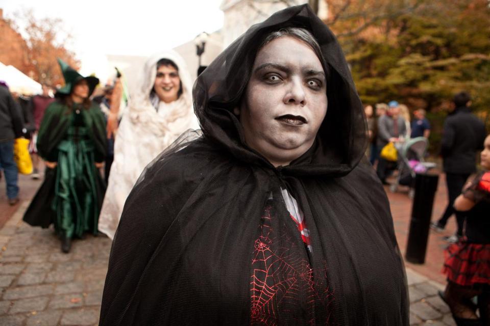 Record Halloween crowd in Salem brings few arrests - The Boston Globe