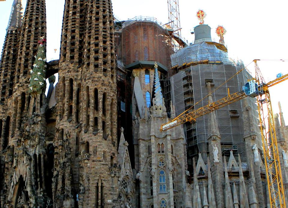 Image gallery barcelona basilica for La sagrada familia church