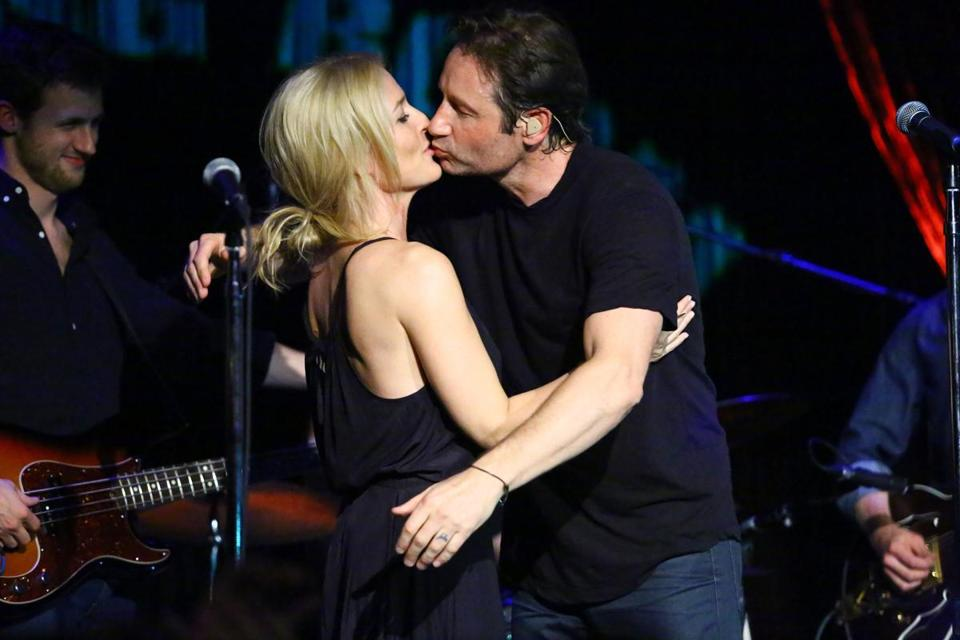 Gillian Anderson and David Duchovny share a kiss, but they are not a couple.