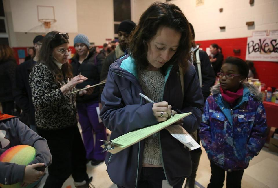 Jackie Orosz filled out a voter registration form while in line in Portsmouth, N.H.