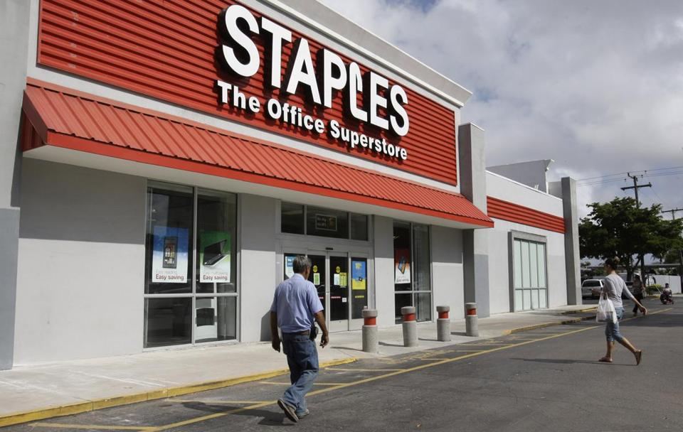 Etonnant Customers Walk Into A Staples Office Supply Store In Miami.