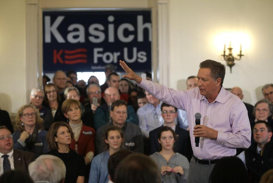 Republican presidential candidate, Ohio Gov. John Kasich, right, holds a town hall campaign event, Monday, Feb. 29, 2016, in Plymouth, Mass. (AP Photo/Steven Senne)