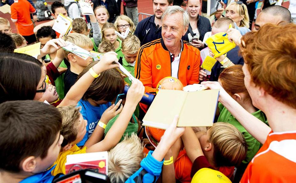 epa05229125 (FILE) A file picture dated 10 September 2014 of Dutch soccer legend Johan Cruyff (C) signing autographs during the annual Open Day of the Johan Cruyff Foundation at the Olympic Stadium in Amsterdam, Netherlands. Johan Cruyff died of cancer at the age of 68, his official website announced on 24 March 2016. EPA/KOEN VAN WEEL *** Local Caption *** 51562877
