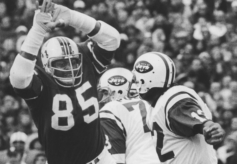 OPS PHOTO BY frank o brien bw november 17 1974 pats joe namath gets pass away just in time as julius adams comes flying by.