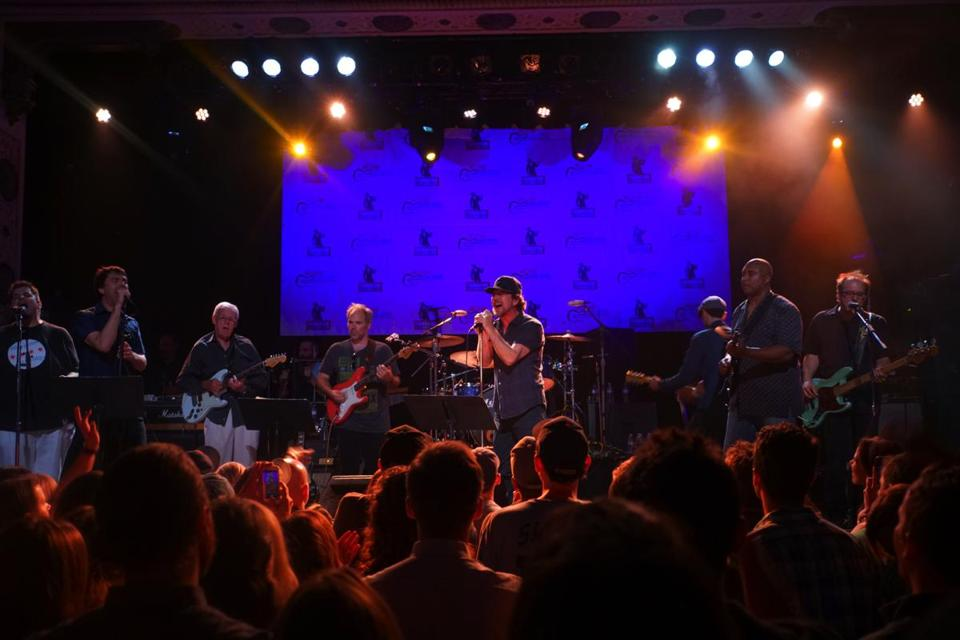 boston entertainment center eddie vedder jams at chicago edition of hot stove cool music the