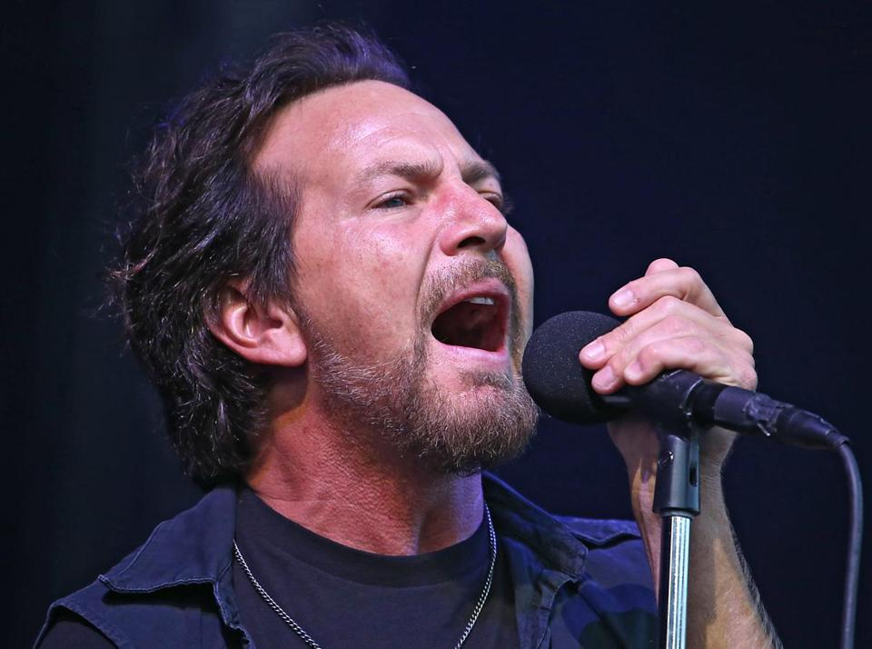 Who is the lead singer for pearl jam