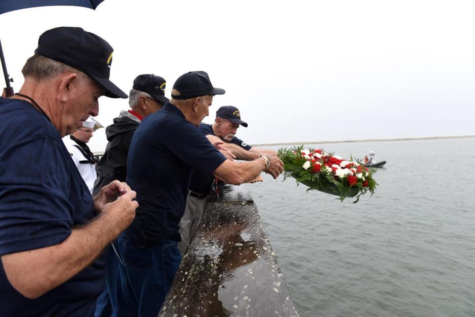 Duxbury Honors Uss Duxbury Bay Shipmates The Boston Globe