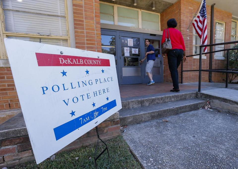 epa05589171 People arrive to cast their ballots on the first day of early voting for the 08 November general election at the Tucker Recreation Center in Tucker, Georgia, USA, 17 October 2016. Democrat Hillary Clinton faces Republican Donald Trump in the US presidential race. EPA/