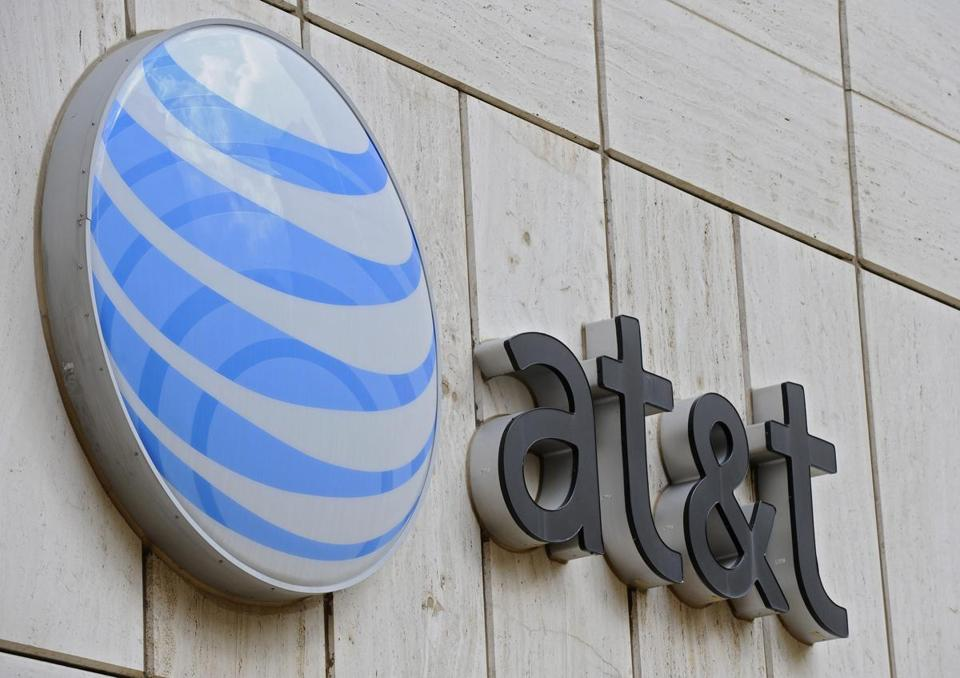epa05596300 (FILE) A file photo dated 20 March 2011 shows the AT&T logo on the facade of Whitacre Tower, the AT&T global headquarters building at One AT&T Plaza in Dallas, Texas, USA. AT&T is in talks to acquire Time Warner various US media report on 21 October 2016. The shares of Time Warner jumped up to 11 per cent, while in comparison the shares of AT&T fell as much as 3,3 per cent. EPA/LARRY W. SMITH *** Local Caption *** 50669271
