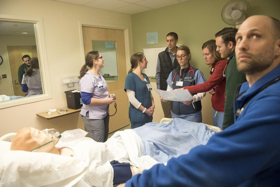 01/09/2017 Burlington, Vt. Left to right, Jodi Hard, Tessa Lawrence, Jeff Endicott, Heather Wright, Julia Powelson, Matthew Shear and Major Munson during a Simulation Lab. The University of Vermont medical school is eliminating all lectures. Students learn through interactive and problem-solving methods. (Caleb Kenna for the Boston Globe) Metro, Felice Freyer
