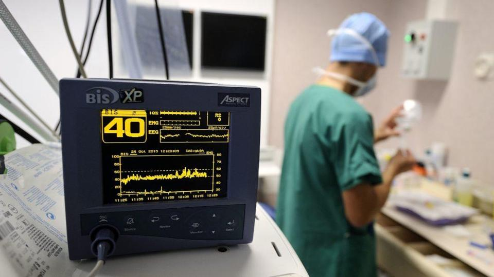 A view of a monitor during an open-heart surgery in a cardiac surgery unit at the CHU Angers teaching hospital in Angers, western France, on October 24, 2013. The Angers hospital employs 6,000 people including 980 doctors. AFP PHOTO / JEAN-SEBASTIEN EVRARD / AFP / JEAN-SEBASTIEN EVRARD / RESTRICTED TO EDITORIAL USE - TO ILLUSTRATE THE EVENT AS SPECIFIED IN THE CAPTION (Photo credit should read JEAN-SEBASTIEN EVRARD/AFP/Getty Images)