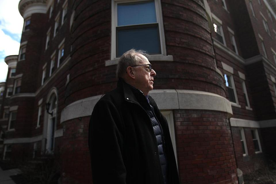 Former United Press International reporter Michael Widmer, who covered the January 1969 murder of Jane Britton, stood outside her apartment building on University Road in Cambridge, near Harvard Square. Now he is fighting to see law enforcement records about the unsolved case.